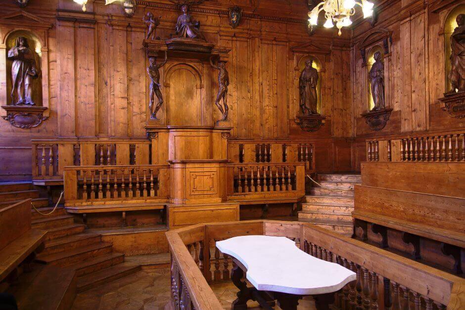 Vue de la salle d'un vieux palais à Bologne.