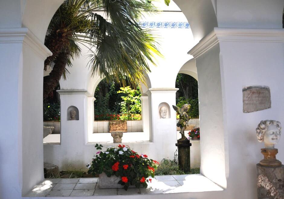 Vue de la cour intérieure d'un petit palais sur l'île de Capri.
