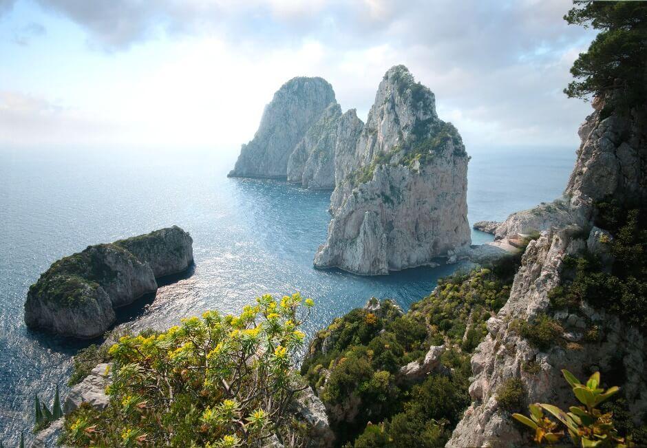 Vue des rochers de Faraglioni sur l'île de Capri en Italie.