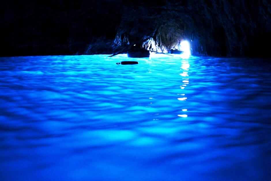 Vue de l'intérieur d'une grotte maritime sur l'île de Capri.