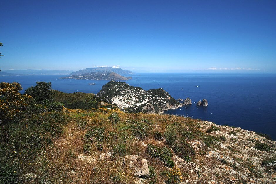 Vue panoramique sur le golfe de Naples depuis l'île de Capri.