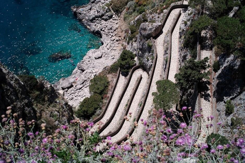 Vue plongeante sur les virages de la Via Krupp sur l'île de Capri.