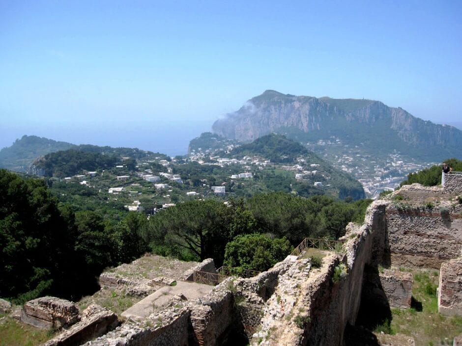 Vue des ruines romaines de la villa Jovis sur l'île de Capri.