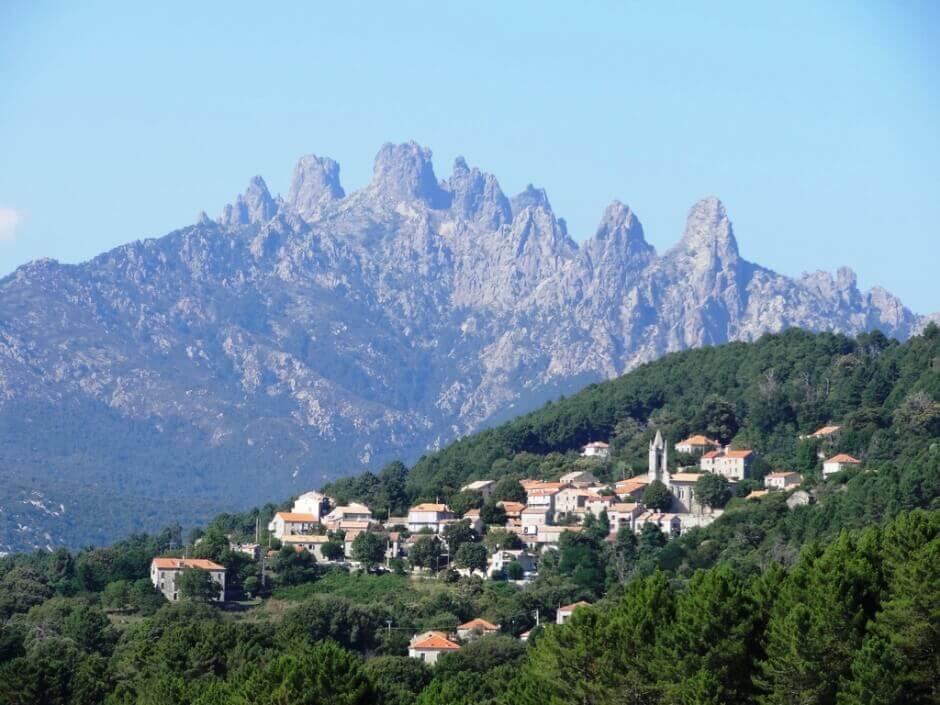 Vue des auguilles de Bavella en Corse, surplombant un village.