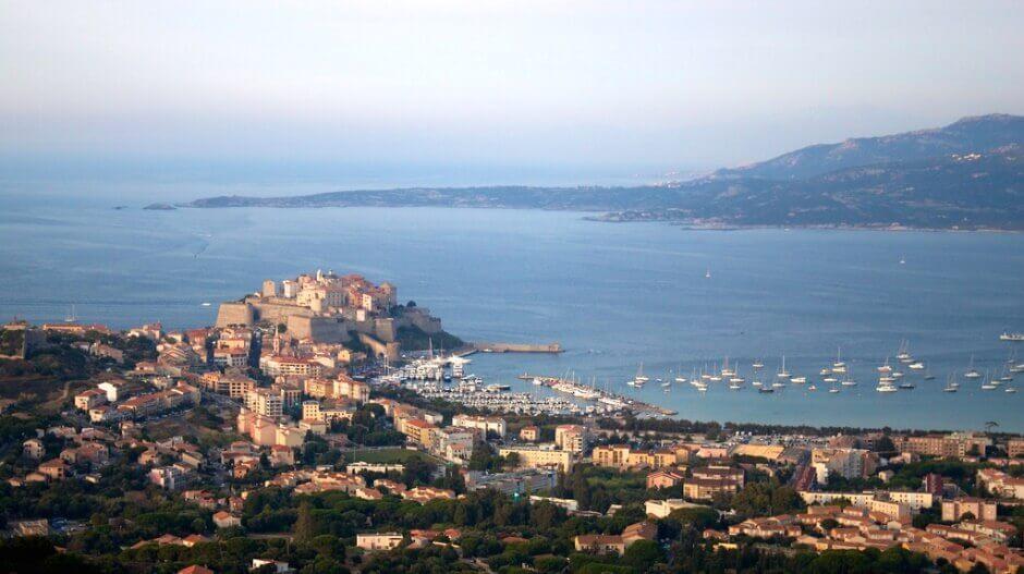 Vue aérienne de Calvi en Corse.
