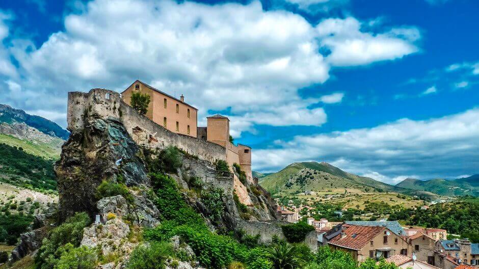 Vue de la citadelle de Corte en Corse.