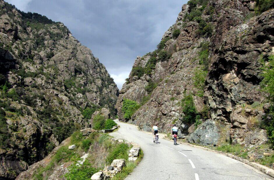 Vue d'une route étroite entre deux montagnes en Corse.