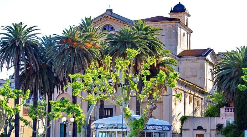 Vue d'une église à l'Île-Rousse en Corse.