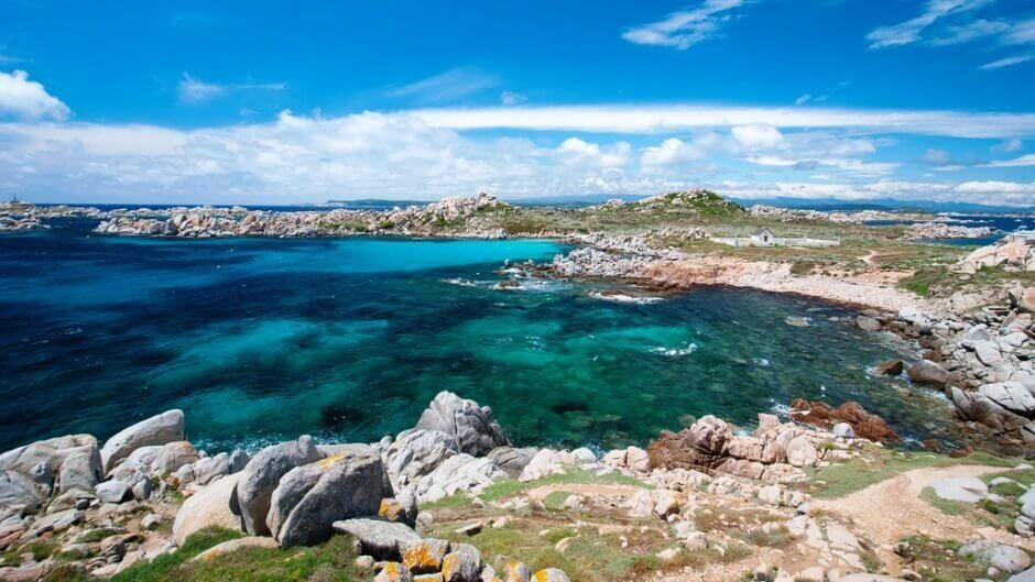 Vue d'une île sauvage baignant dans une mer turquoise en Corse.