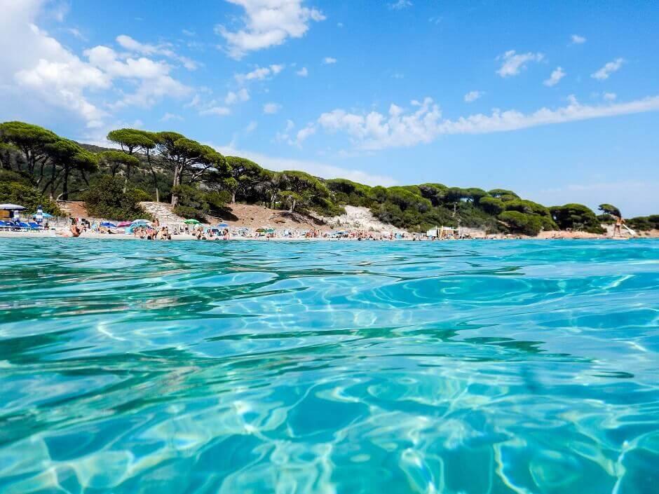 Vue de la plage de Palombaggia en Corse vue depuis la mer.
