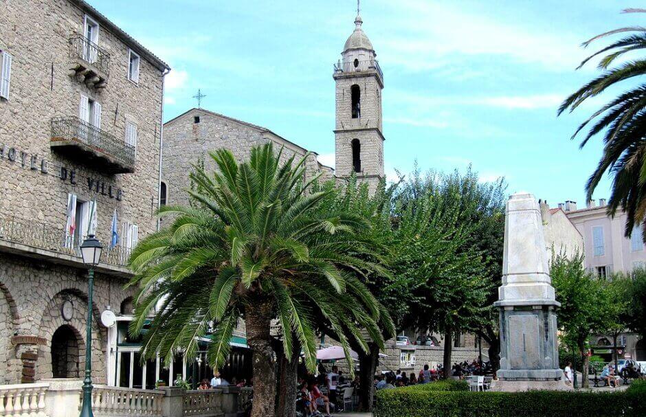 Vue de la place centrale de Sartène en Corse.