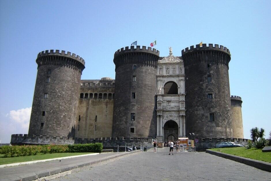 Vue du château de Castel Nuovo à Naples en Italie.