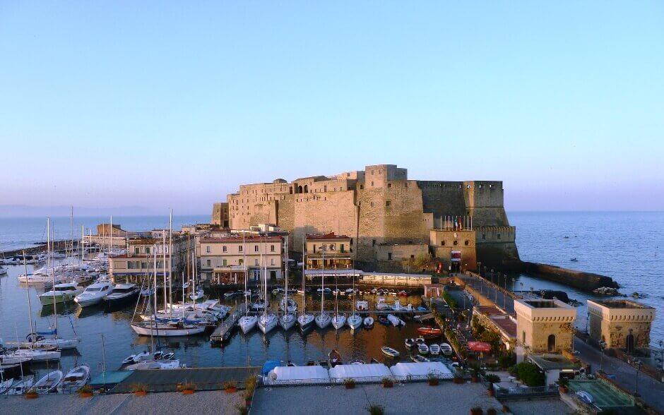 Vue du Castel dell'Ovo à Naples en Italie.