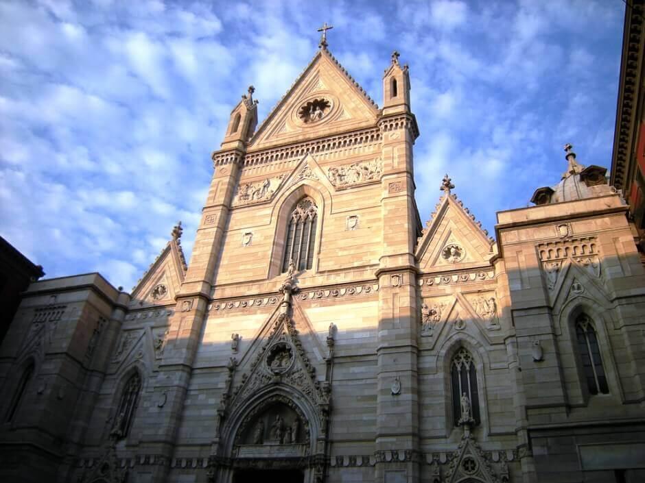 Vue de la cathédrale de Naples en Italie.