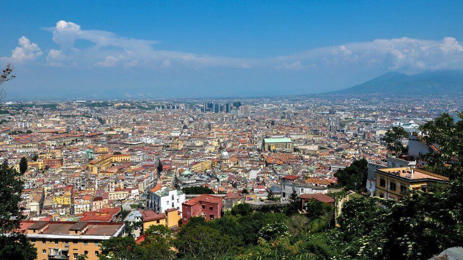 Panorama sur Naples et le Vésuve en Italie.