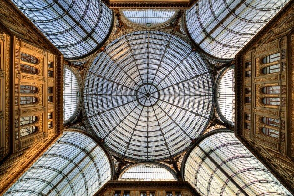Vue de la galerie commerçante Umberto I à Naples en Italie.
