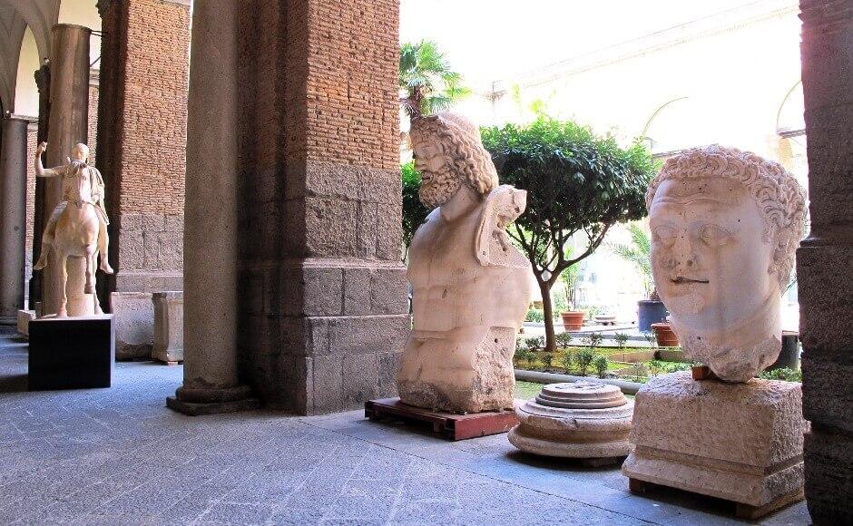 Vue de sculptures du musée archéologique de Naples en Italie.