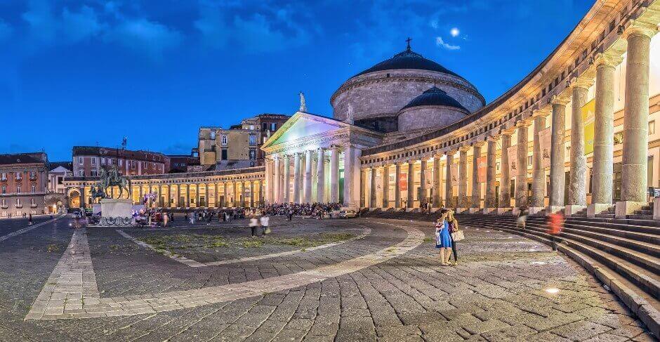 Vue de la piazza del plebiscito à Naples en Italie.