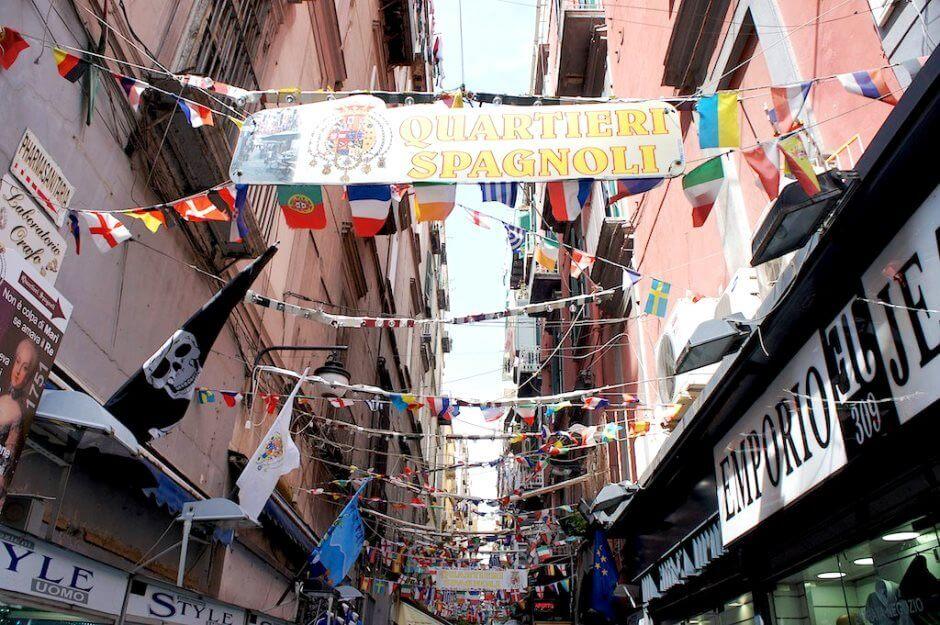 Vue d'une rue du Quartier espagnol à Naples en Italie.