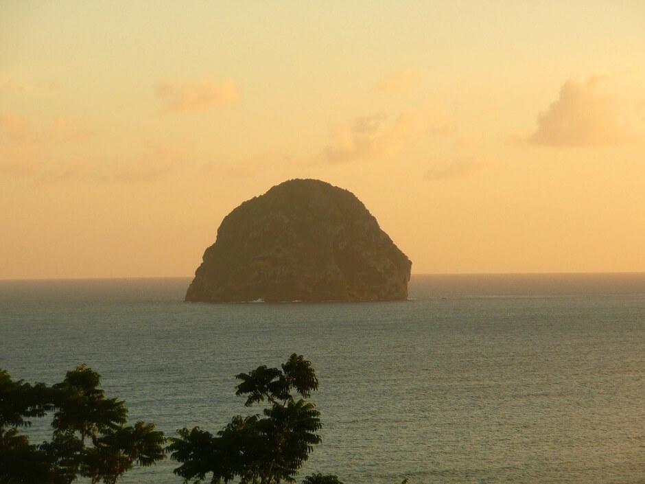 Vue du rocher du Diamant en Martinique au soleil couchant.