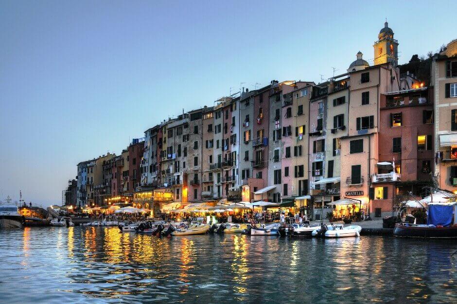 Vue d'un port de nuit en Italie.
