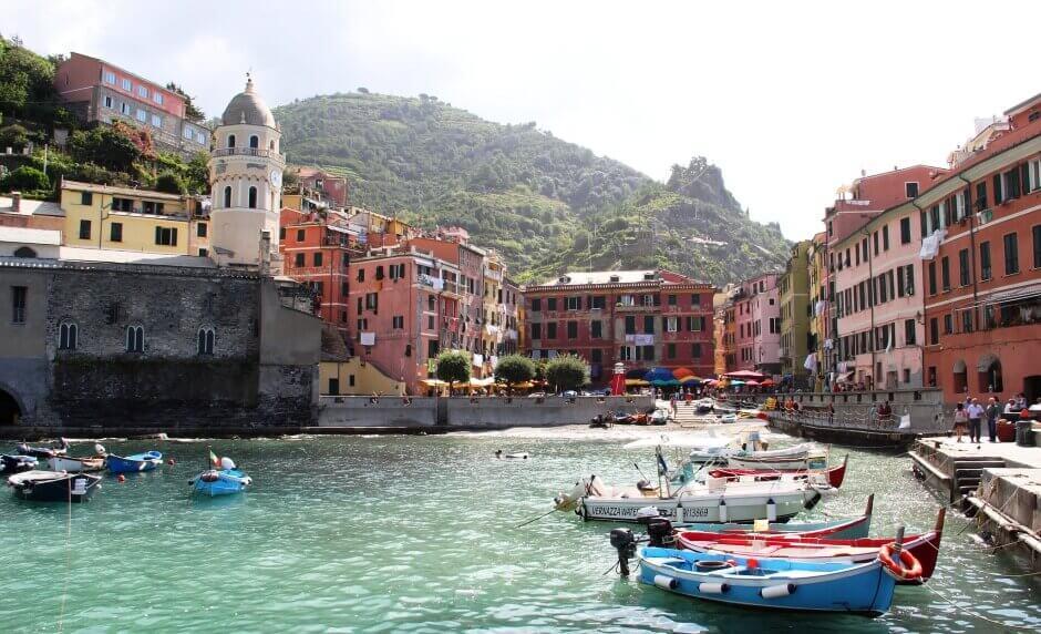 Vue d'un port avec des barques dans un village italien.