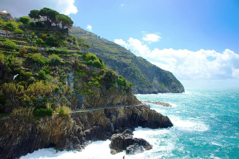Vue d'un sentier à flanc de falaise en Italie.