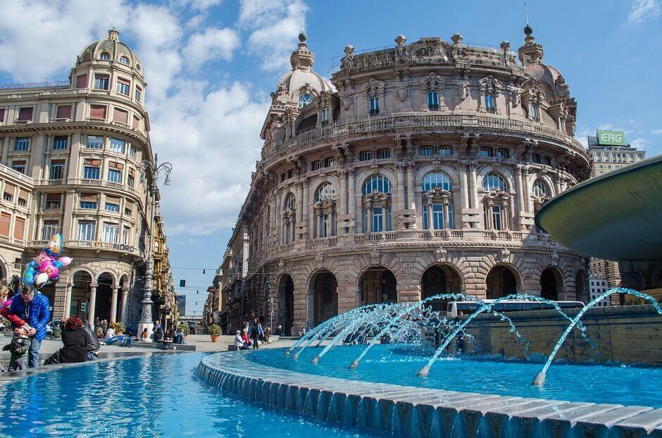 Vue d'une grande fontaine en plein cœur d'une ville italienne.