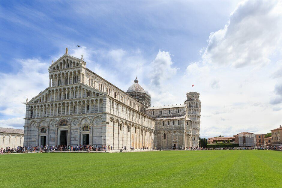 Vue de la cathédrale et de la tour penchée de Pise en Italie.