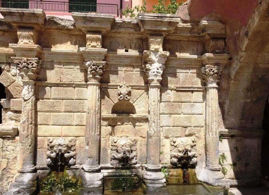 Vue de la fontaine Rimondi à Réthymnon en Crète.