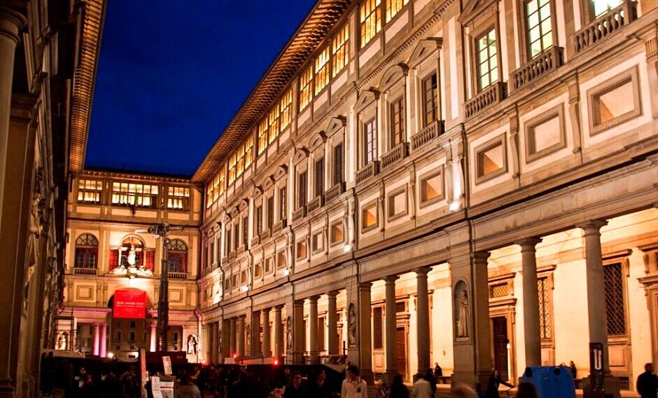 Vue nocturne de la Galerie des Offices à Florence.