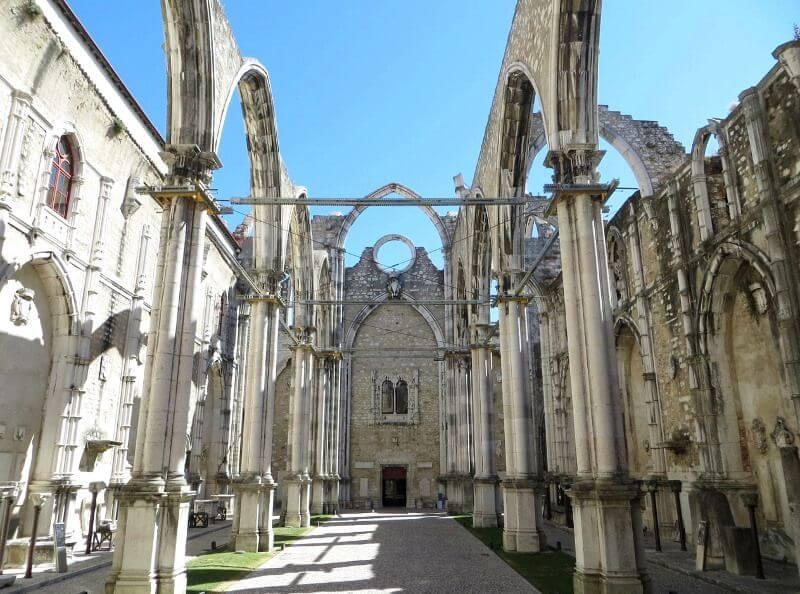 Église en ruines à Lisbonne.