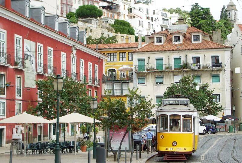 Tramway jaune à Lisbonne.