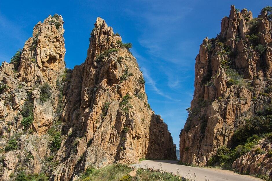 Vue d'une route entre deux rochers en Corse.