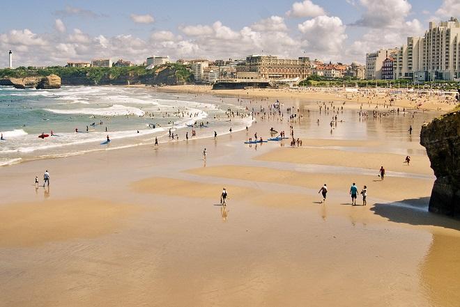 Vue de la plage animée de Biarritz.