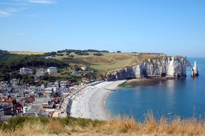 Vue de la plage et des falaises d'Etretat en Normandie.