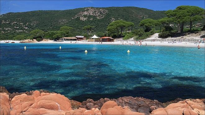 Vue la plage de Palombaggia en Corse avec son eau turquoise.