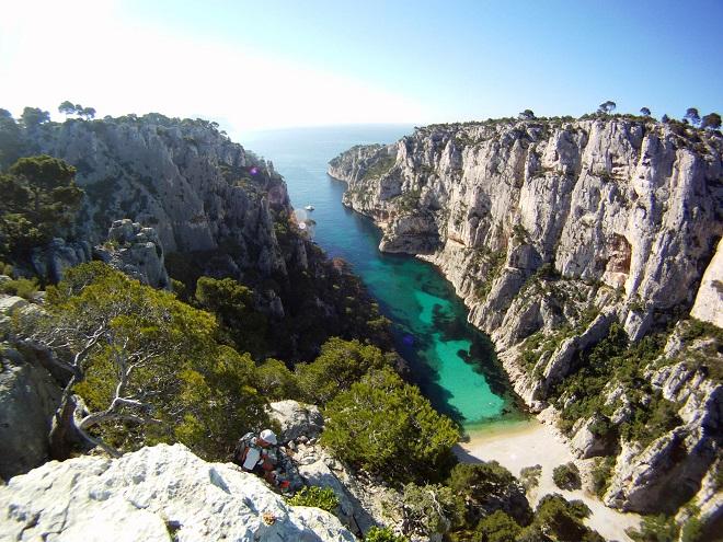 Vue plongeante de la calanque d'En Vau à Marseille.