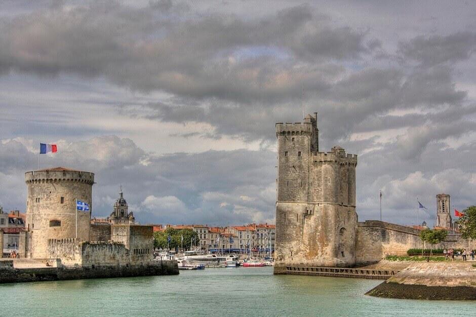 Vue des tours médiévales défendant le port de La Rochelle.