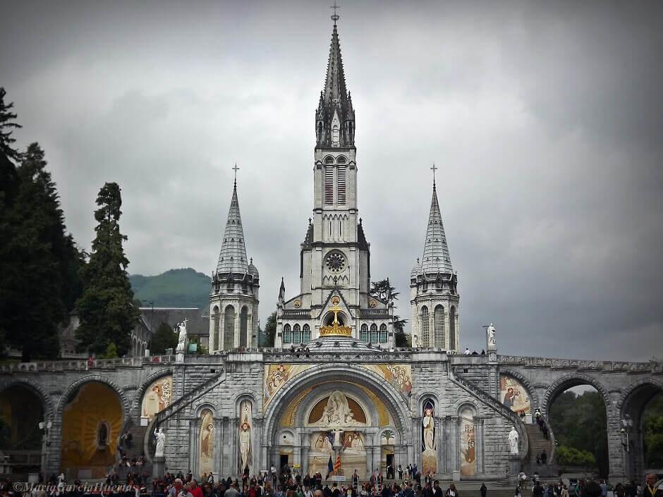 Vue de la façade de la basilique de Lourdes.