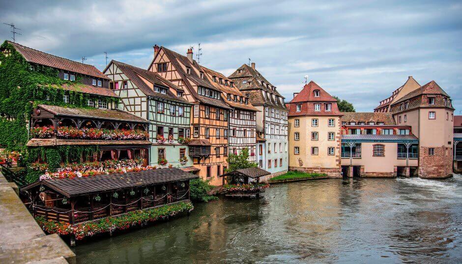 Vue de maisons à colombages au bord de l'eau à Strasbourg.