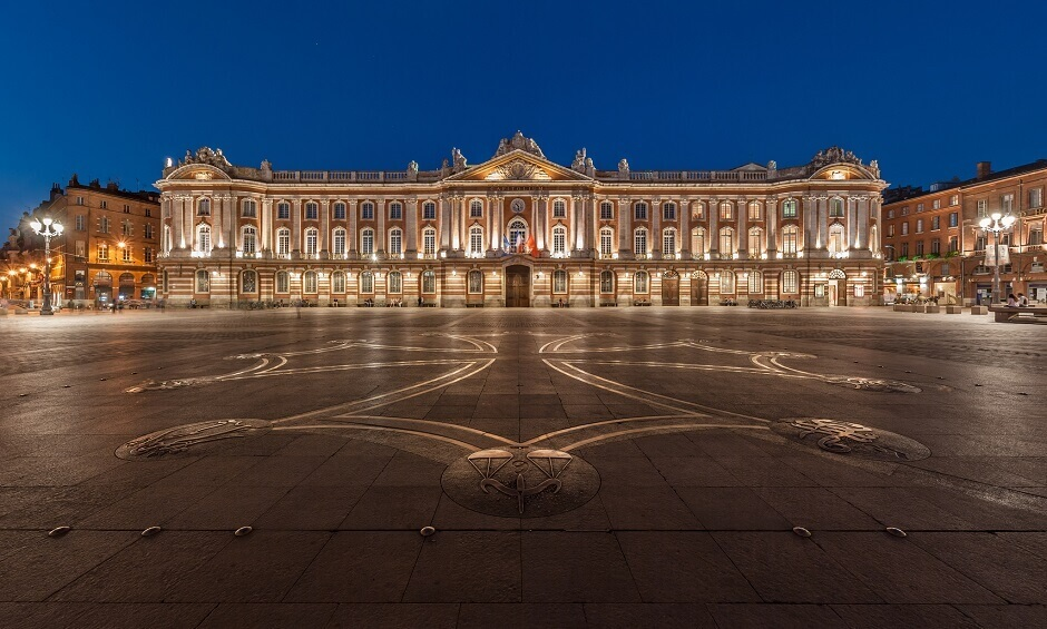 Vue de la façade illuminée du Capitole à Toulouse.