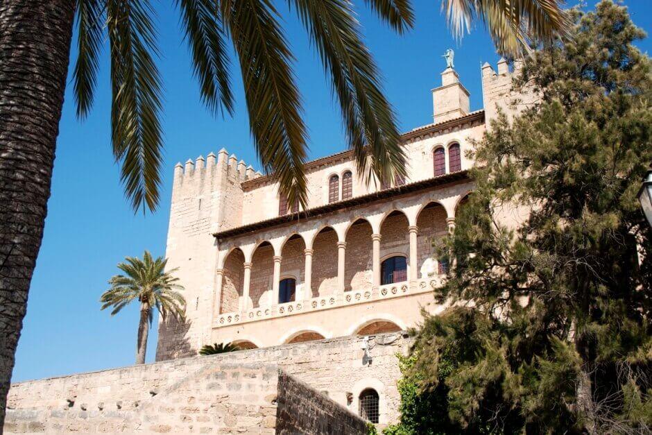 Vue d'un palais de style arabe à Majorque.