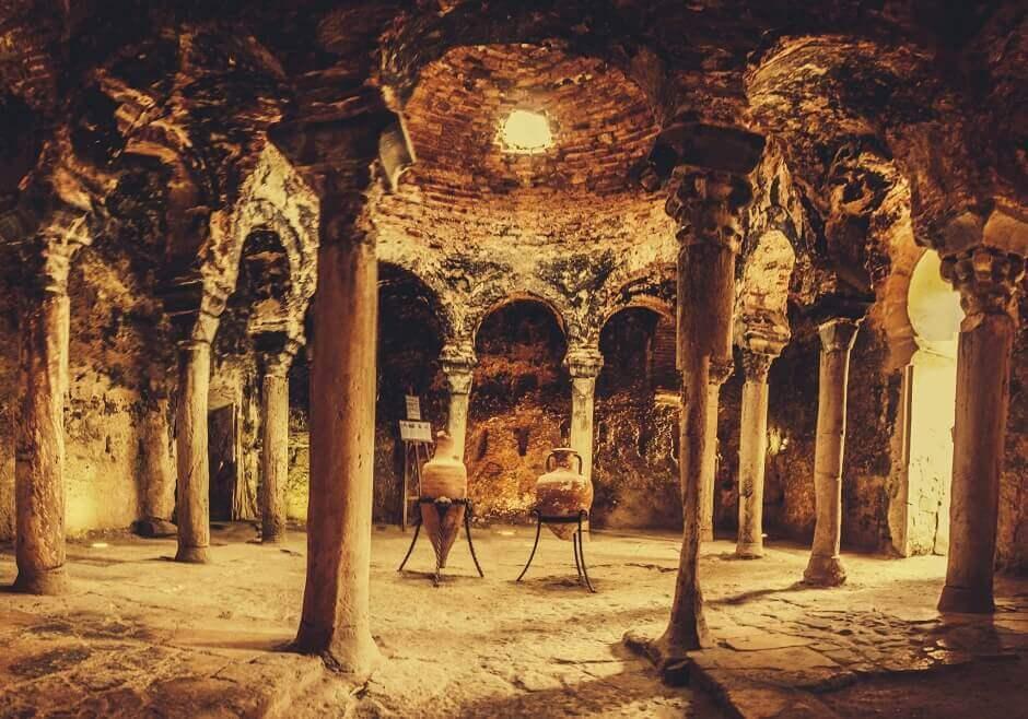 Vue de l'intérieur d'antiques bains à Majorque.