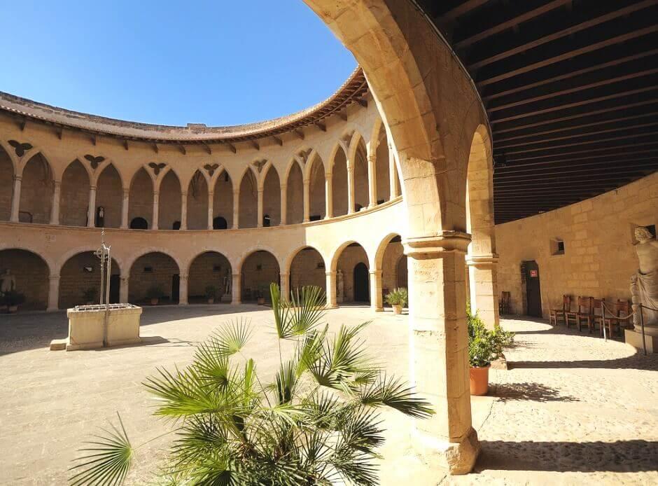Vue de la cour intérieure d'un château à Majorque.