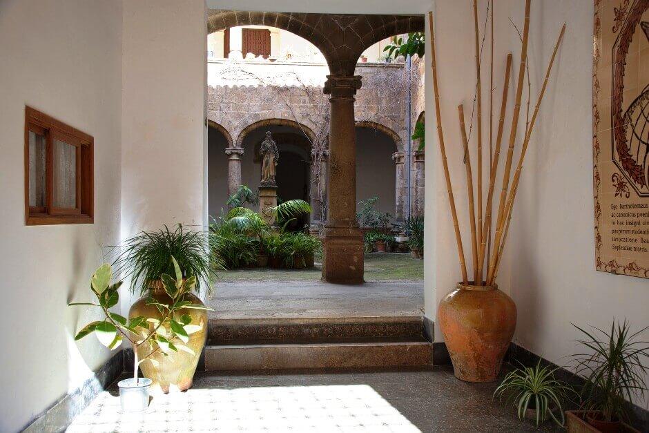 Vue de la cour intérieure d'un palais à Majorque.