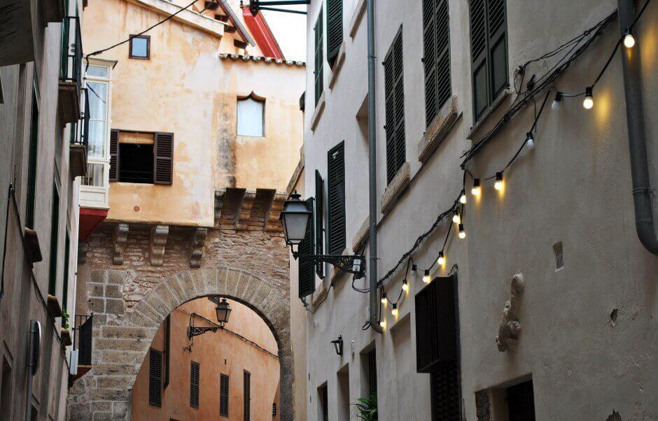 Une vieille ruelle à Palma de Majorque.