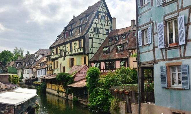 Maison à colombage au bord d'un canal à Colmar en Alsace.