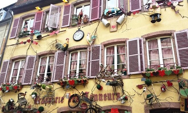 Vue de la façade d'un restaurant à Colmar.