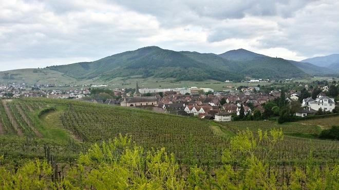 Vue d'un village alsacien dominé par les Vosges.